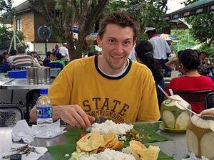 Leckeres indisches Curry mit Reis auf einem Bananenblatt