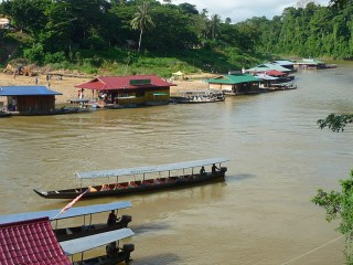 Schwimmende Restaurants in Malaysia bei Kuala Tahan