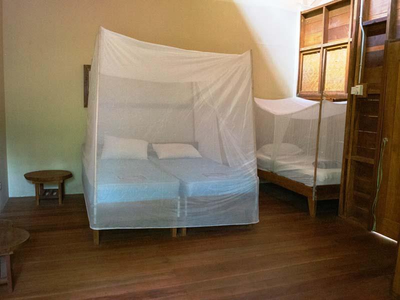 Schlafzimmer mit Moskitonetz