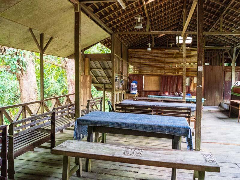 Der Essenbereich in der Dschungellodge