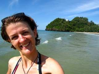 Frau am Strand von Pulau Gaya