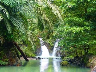 Badespaß am Wasserfall im Tabin Nationalpark
