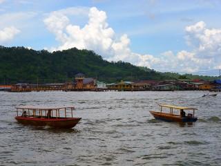 Pfahldorf auf dem Fluss