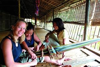 traditionelles Handwerk im Langhaus auf Borneo