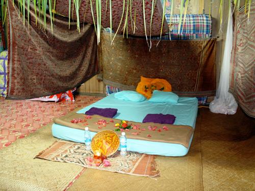 Schlafstaette im Wohnzimmer bei einer Ibanfamilie