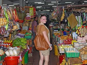 Eine Touristin inmitten eines Marktes
