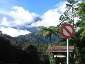 Wolkenbedeckter Mount Kinabalu auf Borneo