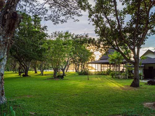 Zwischen dem Resort und dem Meer liegt ein großer Garten.