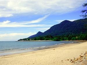 Einsamer Strand in der Nähe von Kuching