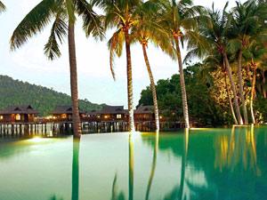 Der Pool des Strandresorts auf Pulau Pangkor Laut