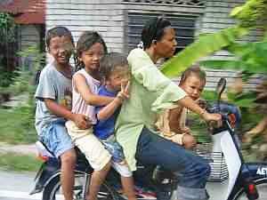 Unterwegs auf dem Roller mit der ganzen Familie