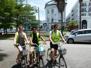 Touristen mit Rad in Penang