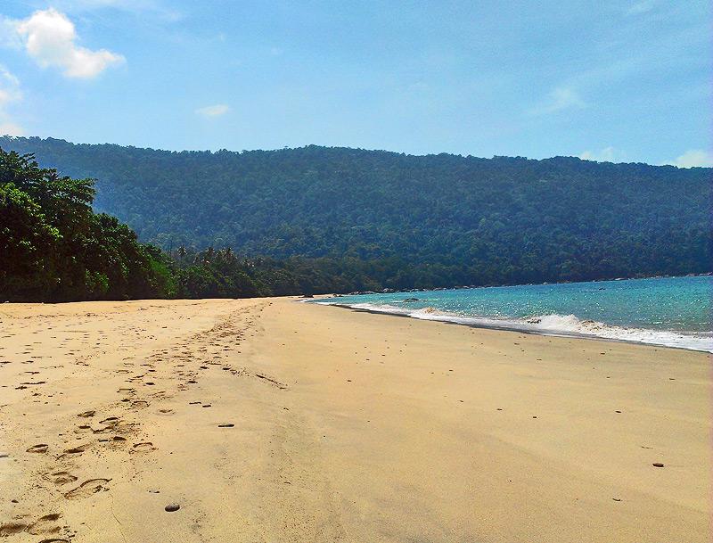 Weitläufiger Sandstrand in Sarawak