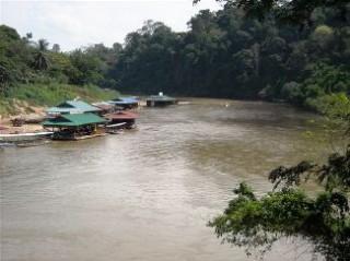 Schwimmende Restaurants im Taman Negara Dschungel