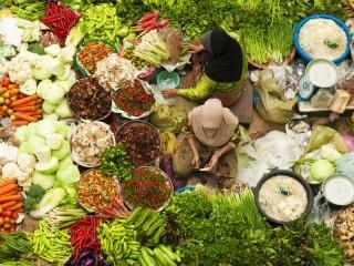 Marktstand mit frischen Zutaten