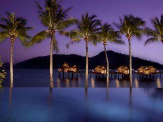 Hotelpool bei Nacht auf Pangkor Laut - Reise nach Malaysia