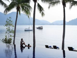 Hotelpool auf Pangkor Laut mit Blick aufs Meer
