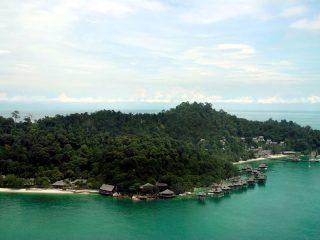 Blick von oben auf die Insel Pangkor Laut
