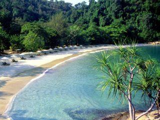 Weißer Sandstrand auf Pangkor Laut