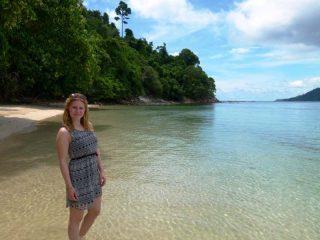 Klares Wasser am Strand von Pulau Gaya
