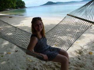 Hängematte am strand von Pulau Gaya