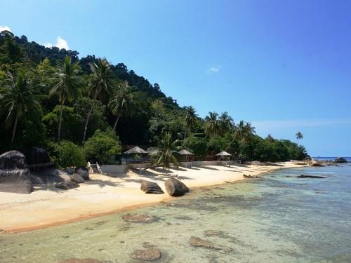 Entspannen Sie am ruhigen Strand der Anlage auf Tioman