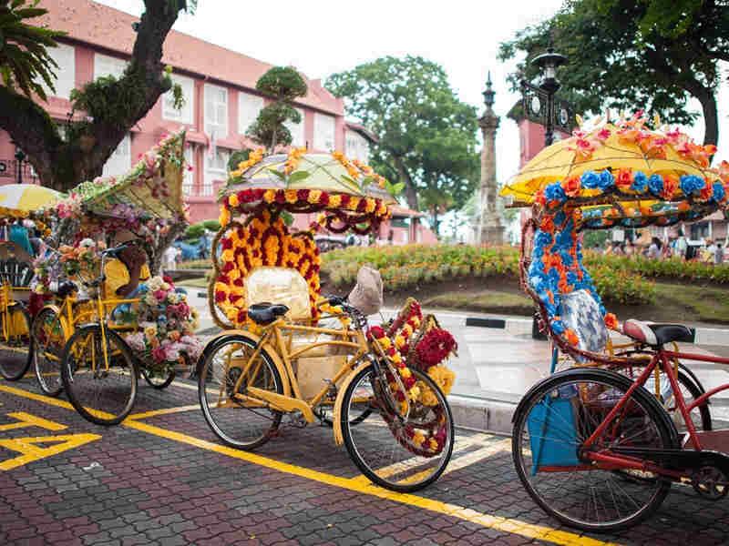 Bunte Trishaws schmücken die Stadt Melaka