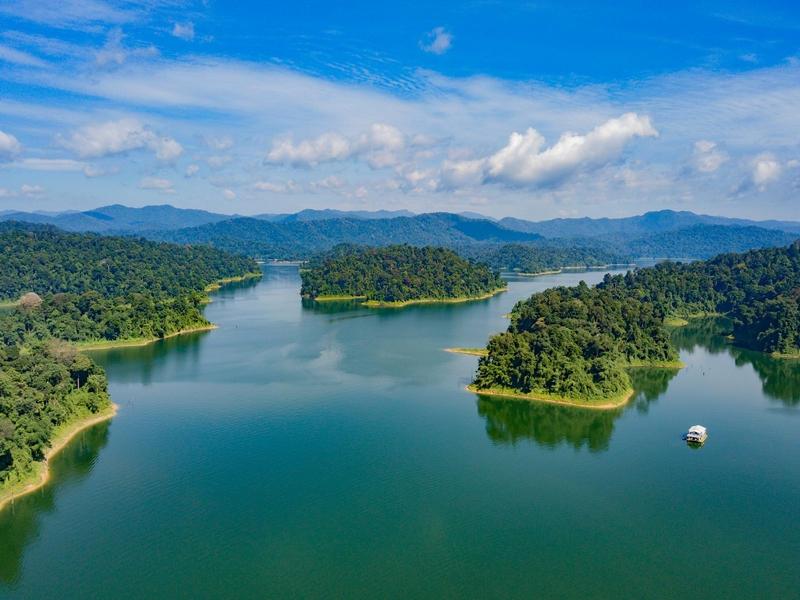 Blick auf den See im Belum Regenwald