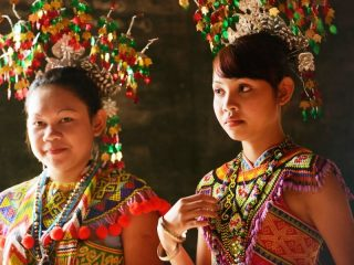 Bunte Kostüme bei den Kopfjägern in Batang Ai