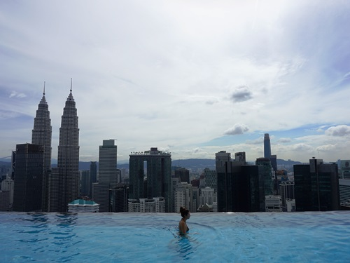 Pool mit blick auf die Petrona Tower