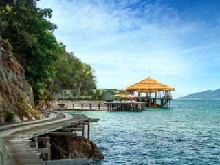 Holzsteg entlang der Küste von Rawa Island