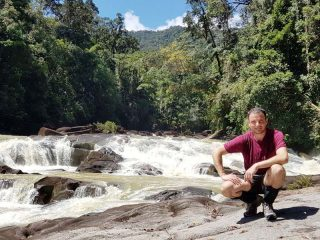 Fotostopp am Upeh Guling Wasserfall im Endau Rompin Nationalpark