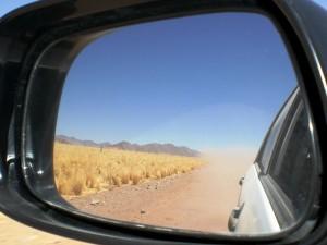 Namibia Rückblick auf staubige Straßen