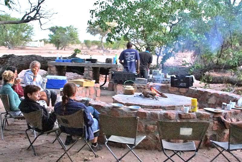 Namibia - Reisegruppe beim Essen