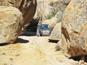Namibia - Erongo - Mit dem Mietwagen vorbei an riesigen Granitfelsen im Erongo