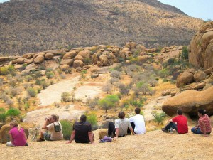 Namibia - Erongo - Reisende blicken auf die weite Landschaft