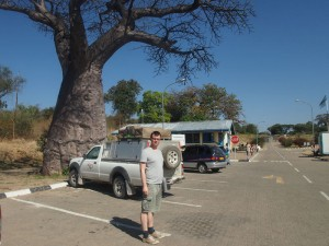 Botswana - Reisender am Grenzübertritt von Botswana nach Namibia - Rundreise Namibia, Botswana und Victoria Falls
