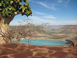 Swimmingpool mit Panoramablick auf das Damaraland