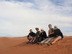 Namibia - Sossusvlei - Reisende auf einer Sanddünen bei Sossusvlei - Rundreise Namibia Botswana