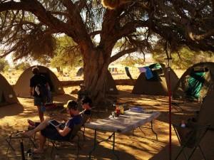 Namibia - Aus - Reisende auf einem Zeltplatz während der Join-In-Reise durch Namibias Süden