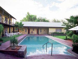 Swimmingpool und Außenansicht der Kalahari Komfort-Unterkunft