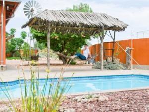 Swimmingpool der Lodge in der Kalahari