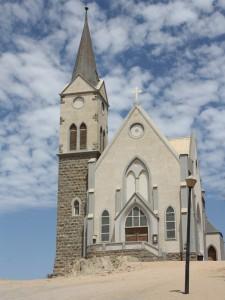 Die Felsenkirche ist auf kantigen Felsen erbaut