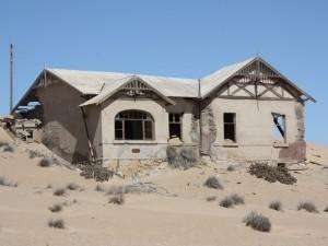 Haus in der vom Sand verwehten Stadt Kolmanskop - Namibia Rundreise Selbstfahrer