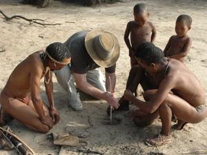 Männer machen zusammen Feuer