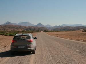 Namibia - Mietwagen auf freier Schotterstraße - Namibia Familienreise