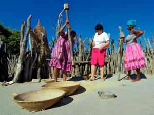 Einheimische im Ovamboland stampfen Mais