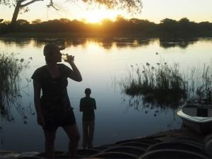 Namibia - Reisende genießen den Sonnenuntergang am Fluss - Rundreise Namibia, Botswana und Victoria Falls