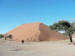Reisende auf dem Weg zum Gipfel der Sanddünen im Sossusvlei