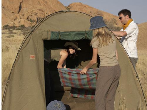 Namibia - Gruppenreise - Aufbauen der Zelte